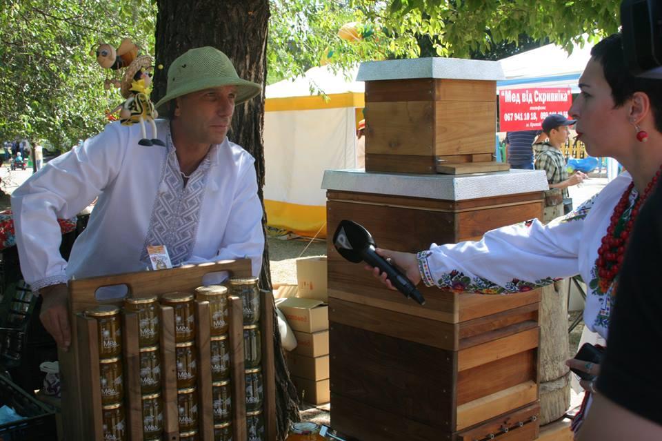 Пасічник Віталій Буравицький пропонує стільниковий мед і вулики