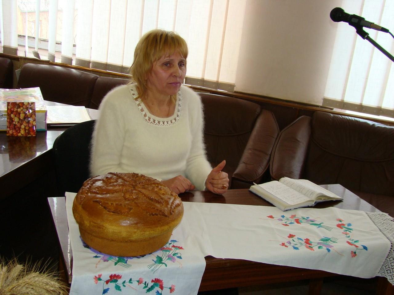 Сільске Криворіжжя М.С. Сеньковська (за столом з короваєм)